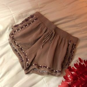 Side embroidery shorts